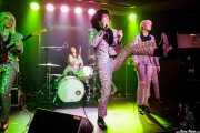 Francy Graham -guitarra-, Fiona Campbell -batería-, Ian Svenonius -voz- y Amanda Perkins -voz corista- de Chain & The Gang (Kafe Antzokia, Bilbao, 2018)