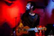 Adrián López, contrabajista y ukelele bass de Dead Bronco (Nave 9 (Museo marítimo), Bilbao, 2018)