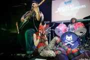 Dirty Jake -guitarra-, Puss Johnson -voz y guitarra- y Filfy Antz -batería- de Pussycat and the Dirty Johnsons (Hika Ateneo, Bilbao, 2018)