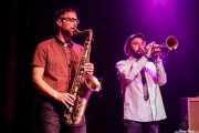 Zigor Martínez -saxo- y Rubén Salvador -trompeta- de The Allnighters (Kafe Antzokia, Bilbao, 2018)
