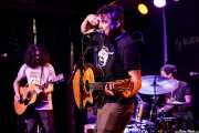 Jesse Parmet -guitarra-, Nate Cook -voz y guitarra- y Noah Shomberg -batería- de The Yawpers (Kafe Antzokia, Bilbao, 2018)