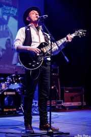 Jony Kontrol, cantante, guitarrista y, aquí, presentador del evento (Kafe Antzokia, Bilbao, 2019)