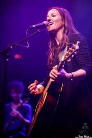 Nerea Argaluza -bajo- y Leire Heras-Gröh -voz y guitarra- de Rosebud (Kafe Antzokia, Bilbao, 2019)