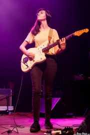 Lucía Palomar, cantante y guitarrista de Cecilia Payne (Kafe Antzokia, Bilbao, 2019)