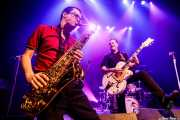 Carlos Beltrán -guitarra- y Willy Calambres -saxo- de Micky & The Buzz (Kafe Antzokia, Bilbao, 2019)