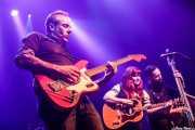 Mario Cobo -guitarra y lap steel guitar-, Kim Lenz -voz y guitarra-, y Alfonso Alcalá -contrabajo- (Kafe Antzokia, Bilbao, 2019)