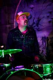 Nick Suave, baterista de The Dirty Coal Train (Nave 9 (Museo marítimo), Bilbao, 2019)