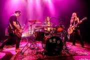 Tony Pick -guitarra, Jordi Vila -voz, batería- y Marga Alday -bajo, voz- de Kinki Boys (Kafe Antzokia, Bilbao, 2019)