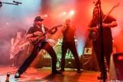 """Gabriel """"Brown"""" León -bajo-, James Room -voz y guitarra- y Aitor Zorriketa """"The Malamute"""" -guitarra- de James Room & Weird Antiqua y Pablo Almaráz -armónica invitado- (Kafe Antzokia, Bilbao, 2019)"""