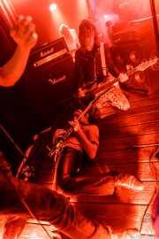 Jack Beesley -guitarra- y Nick Armstrong -bajo- de The Cavemen (La Nube Café Teatro, Bilbao, 2019)