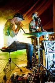 David Karlinger -batería y armónica- y Bernie Miller -voz y contrabajo- de Deadbeatz (Azkena Rock Festival, Vitoria-Gasteiz, 2019)