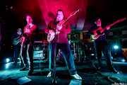 """Javier R. Cortés """"Xavi Carajillo"""" -bajo-, Spencer Evoy -voz y saxofón-, Agustí Burriel -voz y guitarra-, Berto Martínez -batería- y Juan Leguiza """"El Lega"""" -guitarra- de Los Torontos (Azkena Rock Festival, Vitoria-Gasteiz, 2019)"""