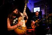 Jack J Hutchinson -voz y guitarra- y Lazarus Michaelides -bajo- de Jack J Hutchinson Band (La Nube Café Teatro, Bilbao, 2019)