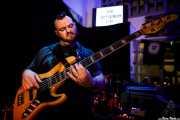 Lazarus Michaelides, bajista de Jack J Hutchinson Band (La Nube Café Teatro, Bilbao, 2019)
