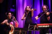 Violonchelo, Marina Barredo -violín- e Iñigo M. Coto Revuelta -violín- de Swamp Dogg (Kafe Antzokia, Bilbao, 2019)