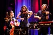 Violonchelo, Marina Barredo -violín- e Iñigo M. Coto Revuelta -violín- de Joe Bataan (Kafe Antzokia, Bilbao, 2019)