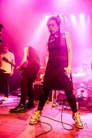 Tyler Beans -teclado-, Dave Casey -guitarra- y  Niva Chow -voz- de Dearly Beloved (Kafe Antzokia, Bilbao, 2019)