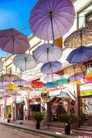 Calle con techo de paraguas en Durrës, Albania,