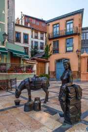 """Estatua """"La Lechera"""" en la Plaza Trascorrales, Plaza Trascorrales, 2014"""