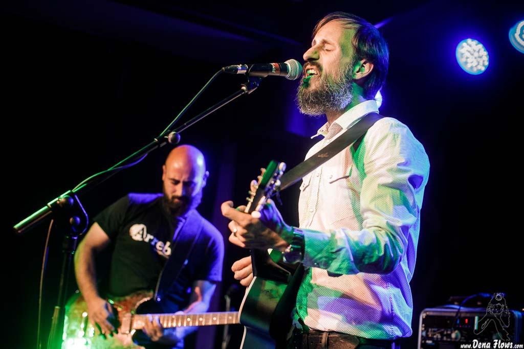 Mikel López Ereñozaga -guitarra- y Ivan Zabalegi -voz, guitarra y bombo- de Nire