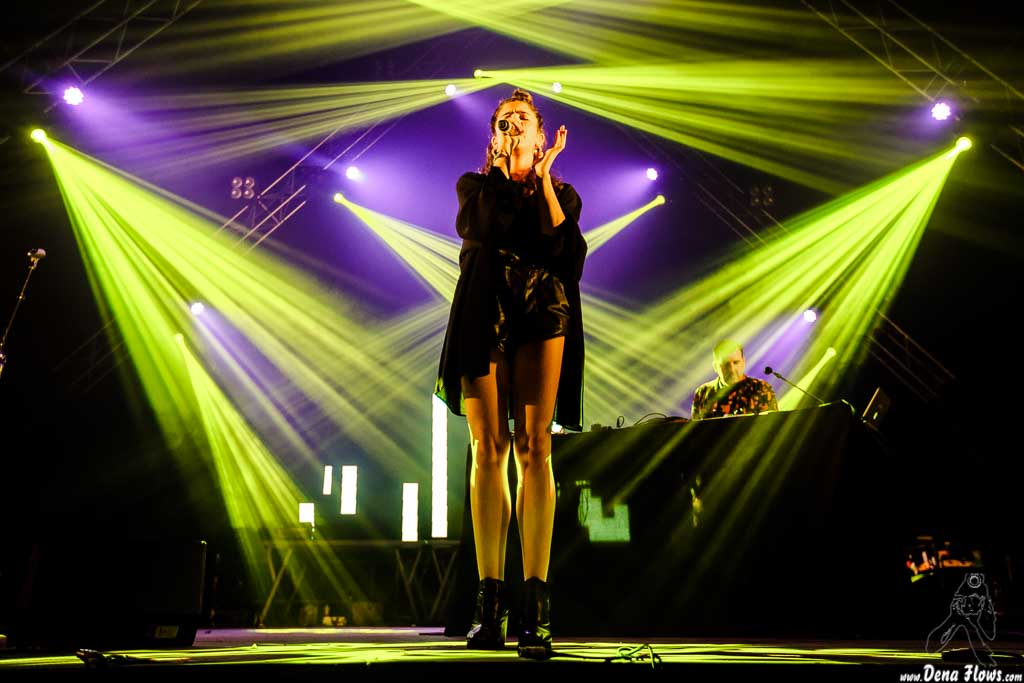 Valentina Pappalardo -voz- y Joe Goddard - sintetizador, samplers y voz- de Joe Goddard Live, Bilbao BBK Live 2017, Kobetamendi, Bilbao, 7/VII/2017