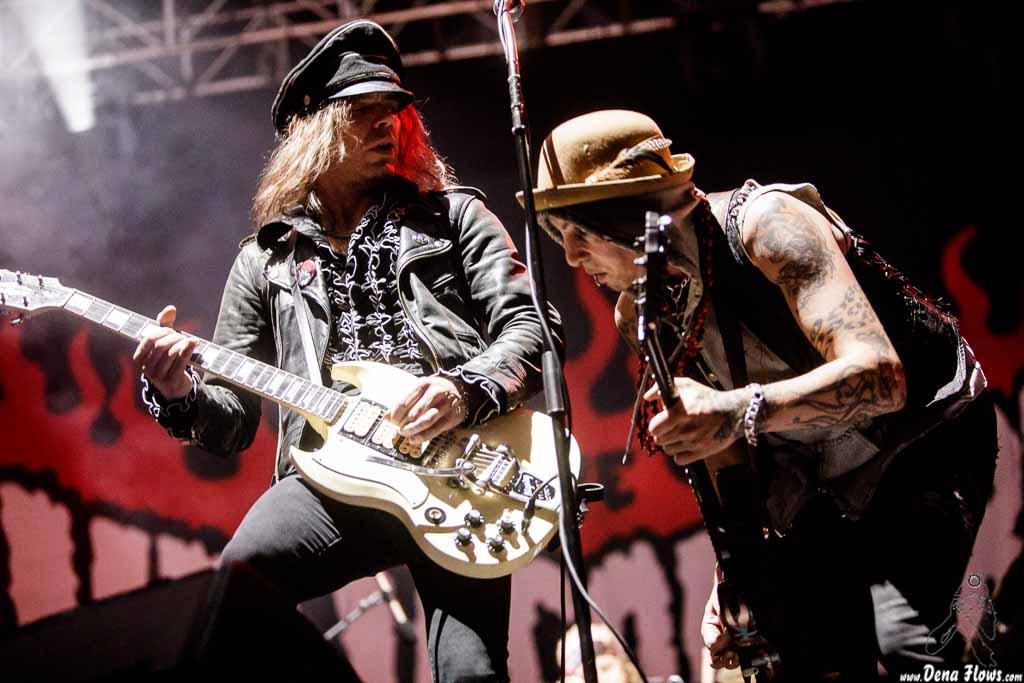 """Nicke Andersson """"Nick Royale"""" -voz y guitarra- y Dregen -guitarra- de The Hellacopters (Azkena Rock Festival 2017)"""