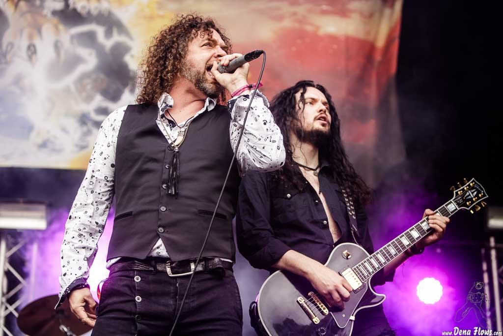 Jacopo Meille -voz y Micky Crystal -guitarra- de Tygers of Pan Tang (Azkena Rock Festival 2017)