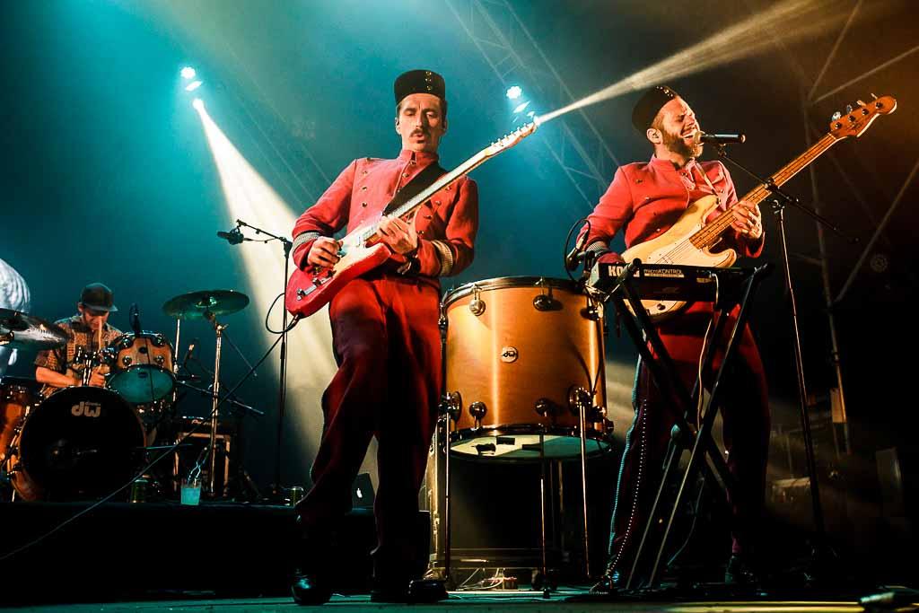 Tomas Barfod -batería-, Jeppe Kjellberg -voz, guitarra, teclado- y Jeppe Kjellberg -voz, bajo, teclado- de WhoMadeWho, Bilbao BBK Live 2017, Kobetamendi, Bilbao, 8/VII/2017