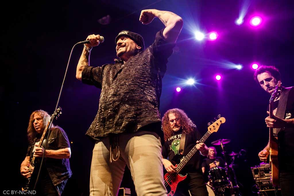 "Ross ""The Boss"" Friedman -guitarra-, Richard ""Handsome Dick"" Manitoba -voz-, Dean ""The Dream"" Rispler -bajo-, J.P. ""Thunderbolt"" Patterson -batería- y Daniel Rey -guitarra- de The Dictators NYC (Kafe Antzokia, Bilbao, 2017)"